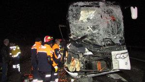 Afyonkarahisar'da yolcu otobüsü kamyona çarptı: 13 yaralı