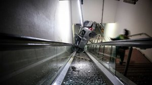 Bursa'da bir otomobil metronun merdivenlerine girdi