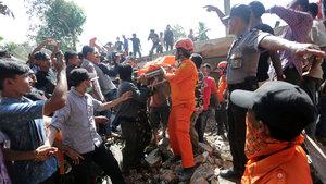 Endonezya'da 6.4 büyüklüğünde deprem : 97 ölü