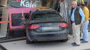 Sürücüsünün fren yerine gaza bastığı otomobil mağazaya daldı