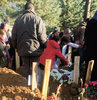 """Öğrenci yurdunda intihar eden 23 yaşındaki Senem B., dün toprağa verildi. Cenazeye, Senem gibi babasının tacizine uğrayan kız kardeşiyle annesi de katıldı. Annenin """"Yüzünü son kez göreyim"""" isteği, din görevlisi tarafından geri çevrildi"""