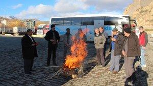 Erzurum'da yolcuları ateş yakarak ısıtıyorlar!