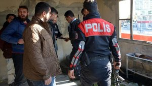 Polis dizi setine uzun namlulu silahlarla baskın yaptı