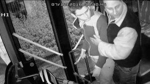 Ön kapıdan inemeyen yolcu otobüs şoförüne saldırdı!