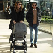 Cemiyet hayatının ünlü çiftlerinden Burak-Melis Hatipoğlu ve küçük kızları Derin, geldikleri Zorlu Alışveriş Merkezi