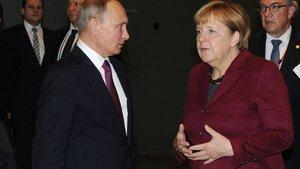 Vladimir Putin ve Angela Merkel telefonda görüştü