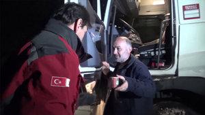 Zonguldak'ta yollunun açılmasını bekleyen sürücülere Kızılay tarafından kumanya dağıtıldı
