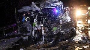 Kocaeli Kartepe'de TIR'a çarpan minibüs sürücüsü yanarak öldü