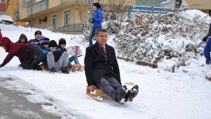 Boyabat Belediye Başkanı Şefik Çakıcı kar topu oynadı, kızakla kaydı