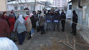 Baz istasyonunu protesto için çukura girdi