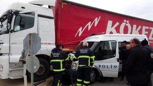 Çevik Kuvvet minibüsü TIR'a çarptı