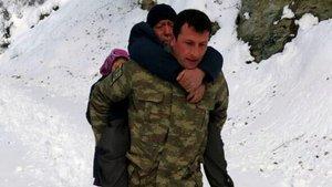 Uzman Çavuş, kalp hastası vatandaşı sırtında taşıdı
