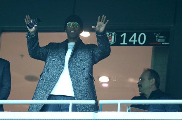Ryan Babel, Teröre inat yeniden Türkiye'de forma giymekte bir sakınca bulmadı ve Beşiktaş ile el sıkıştı