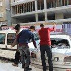 Çatıdan düşen kar kütlesi, 5 otomobili hurdaya çevirdi
