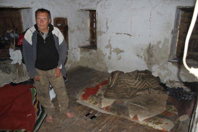 Antalya'da 3 kardeş virane evde yaşam mücadelesi veriyor