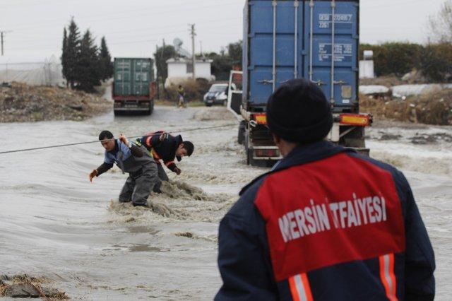 Mersin'de Yükselen suyun içinden geçmeye çalışan pikap ile TIR, akarsuya kapıldı