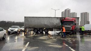 TEM'de TIR yan döndü, trafik kilitlendi