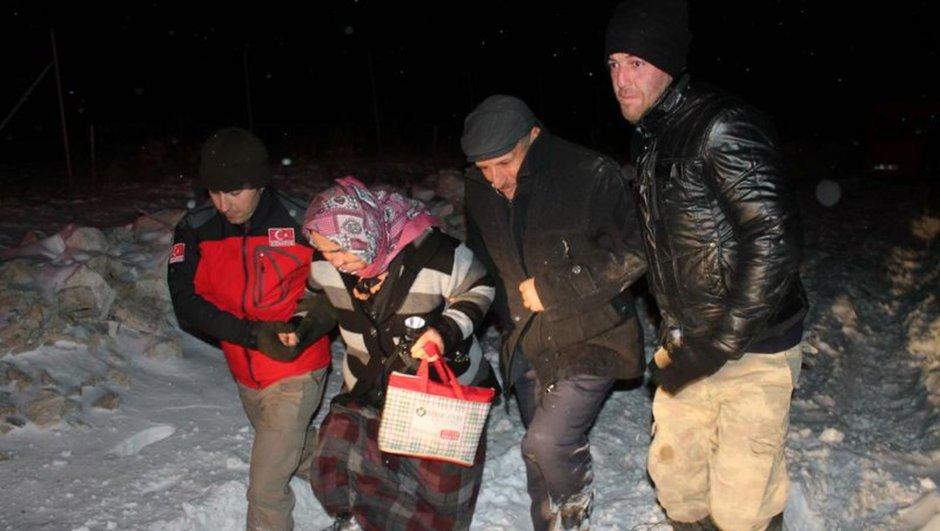 Manisa minibüs karda mahsur kalan aile