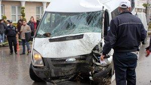 Öğrenci servisi ağaca çarptı: 20 yaralı