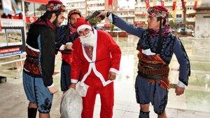 """Aydın'da temsili """"Noel Baba""""nın başına silah dayanması"""