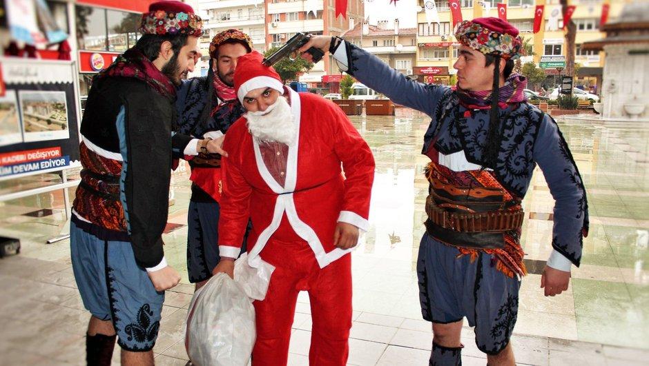 Aydın Noel Baba'nın başına silah dayadılar