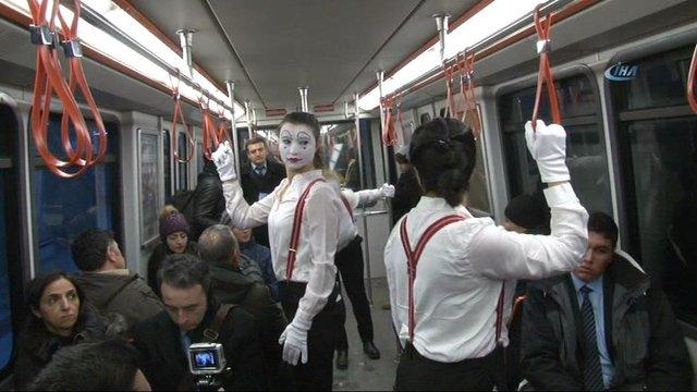 Metro'da bulaşıcı hastalıklara karşı pandomimle uyarı