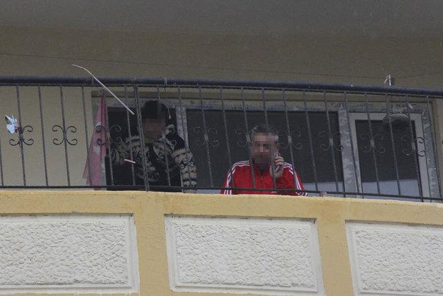 Adana'da bir adam eşi ile barışmak için balkonda silahlı eylem yaptı