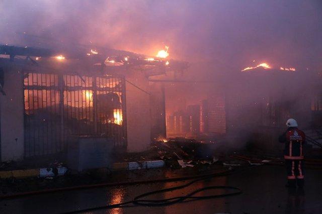İstanbul'un orta yerinde feci yangın