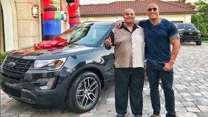 Dwayne Johnson, babasına lüks bir otomobil hediye etti