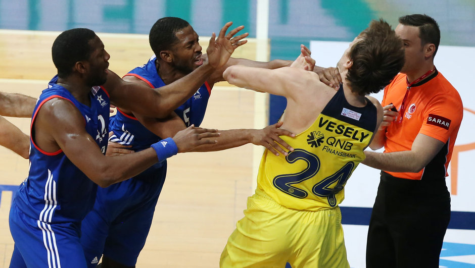Jan Vesely ve Derrick Brown