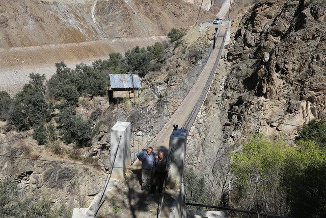 Artvin'de asma köprüye demir kapı yaptırdılar