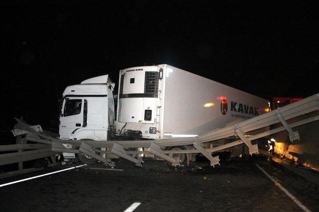 Kocaeli'de TIR, TEM'den D-100'e uçtu, kamyona çarptı