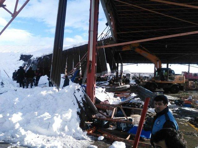 SON DAKİKA! Konya Akşehir'de semt pazarının çatısı çöktü! Enkaz altından 4 yaralı çıkarıldı