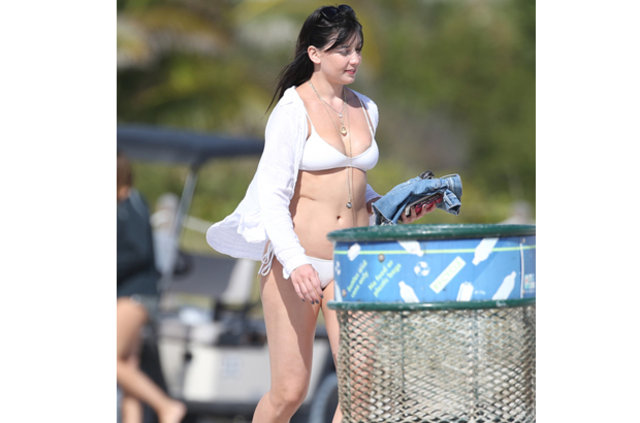 Daisy Lowe'un bikinisi küçük geldi