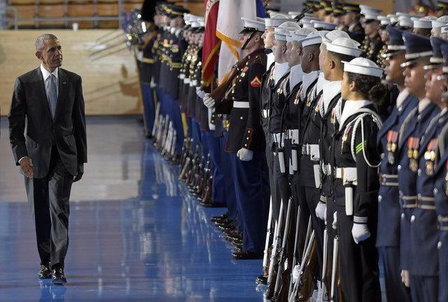 Obama konuşurken bayıldı, kimse kılını kıpırdatmadı!