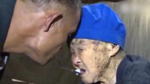 Kolsuz adam 90 yaşındaki annesini böyle besliyor!