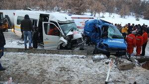 Çorum'da askeri araçla minibüs çarpıştı: 2 şehit, 14 yaralı