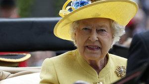 Kraliçe Elizabeth'e kendi korumaları silah doğrulttu!