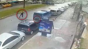 İzmir'deki çatışma sırasında asker, mermisi biten polise silahını vermiş