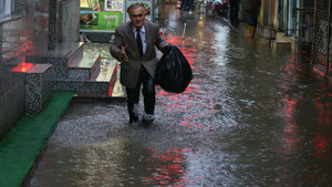 İzmir'de sağanak hayatı felç etti