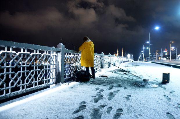 Galata Köprüsü kar yağışı balık