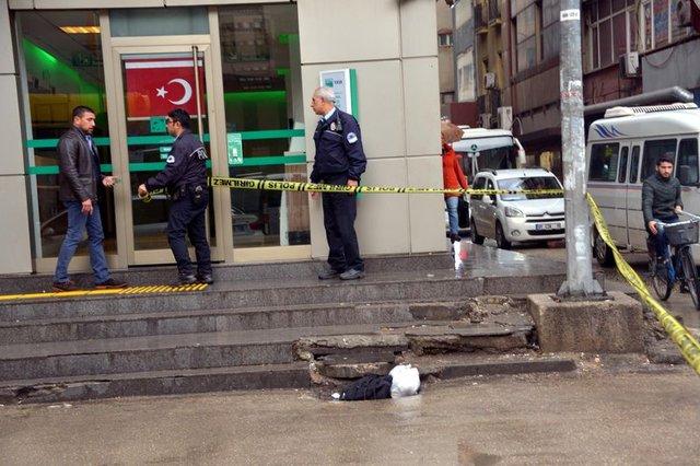 Adana'da şüpheli çanta için çekilen güvenlik şeridine aldırmadılar