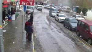 Karaman'da durakta bekleyenler düşen kar kütlesinden böyle kurtuldular