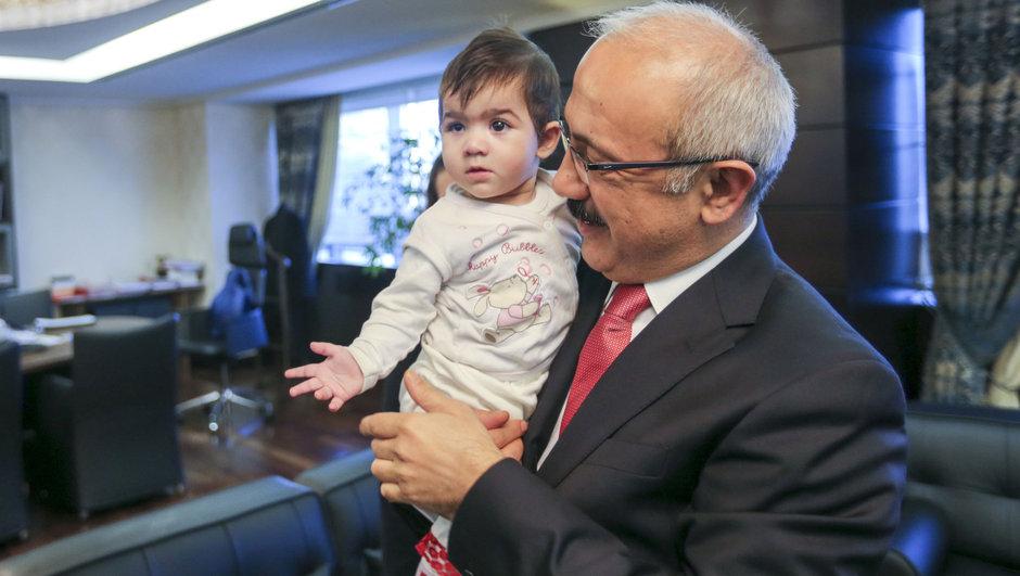 Mersin Kalkınma Bakanı Lütfi Elvan Öykü bebek
