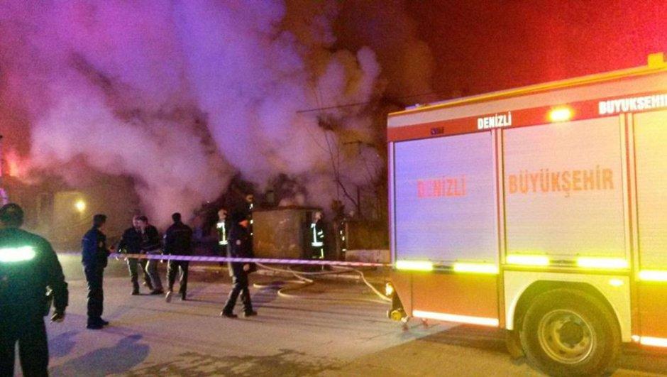 Denizli'nin Merkezefendi ile Babadağ ilçelerinde meydana gelen iki ev yangınında 2 kişi hayatını kaybetti.
