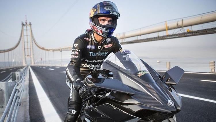 Dünya şampiyonu milli motosikletçi Kenan Sofuoğlu kar üzerinde drift gösterisi yaptı.
