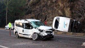 Antalya'da otel servisi kaza yaptı