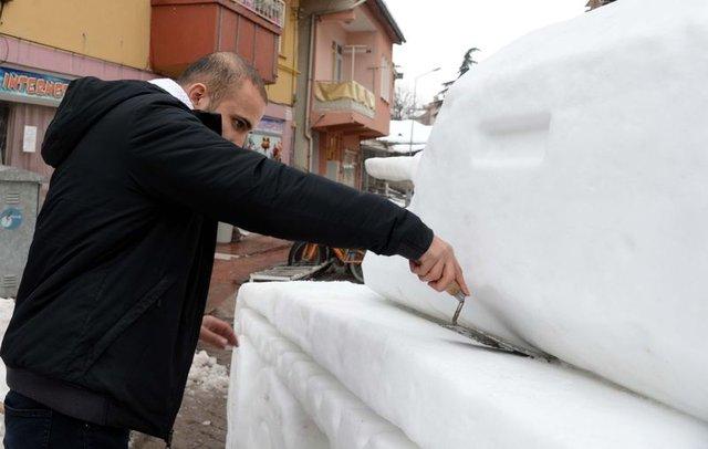 Tokat'ta kardeşler kardan tank yaptı