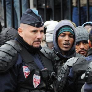Fransız polisinden mültecilere insanlık dışı uygulama!