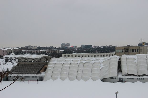 İTÜ Stadyumu'nun çatısı kar yağışına dayanamadı